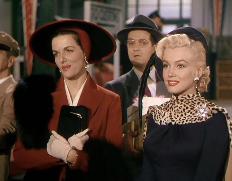 "1953 / Marilyn , Jane RUSSELL et Tommy NOONAN en backstage et dans l'une des toutes premières scènes du film ""Gentlemen prefer blondes"". Marilyn est coatchée par sa professeur d'art dramatique du moment, Natasha LYTESS."
