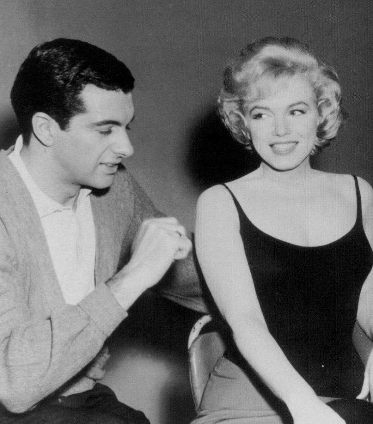 """1960 / Pause photos sur le tournage du film """"Let's make love"""", où MILLER est venu rejoindre l'équipe, Frankie VAUGHAN et Yves MONTAND."""