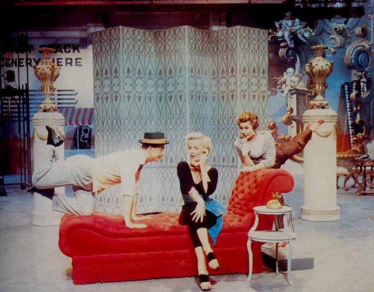 "1954 / Marilyn entourée de Mitzi GAYNOR et Donald D'CONNOR interprète la chanson ""Lazy"" dans la comédie musicale ""There's no business like show business""."