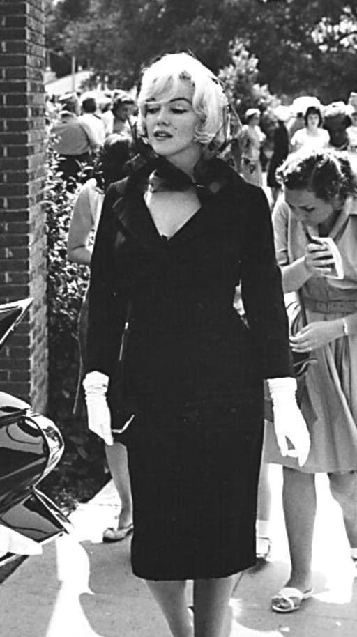 1961 / 11 Juin, Marilyn reçut une invitation de la veuve de Clark GABLE pour le baptême de son fils, John Clark. La cérémonie démolit la rumeur selon laquelle Kay GABLE reprochait à Marilyn d'avoir causé la mort de son mari par ses incessants retards et par ses caprices  sur le tournage des « Misfits ».
