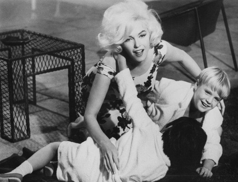 """1962 / Marilyn dans l'une des scènes du film """"Something's got to give"""" où elle retrouve ses enfants dans la piscine..."""