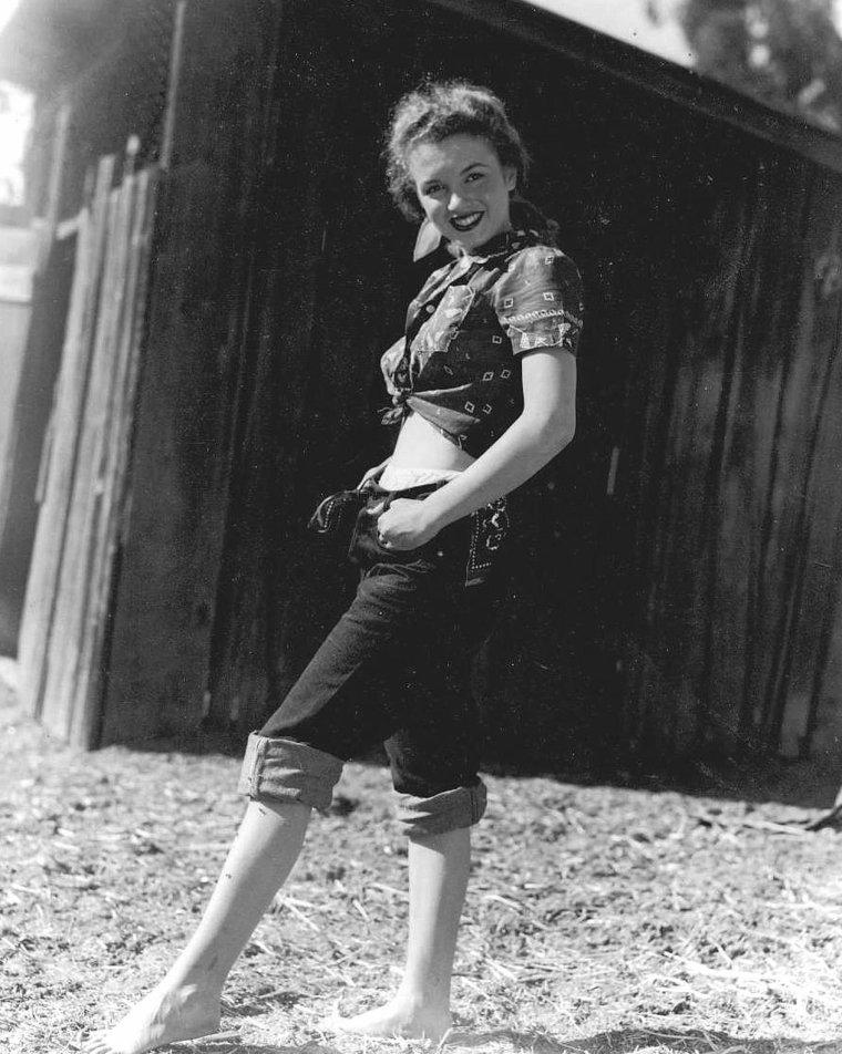 1945 / by Andre De DIENES (chemisier rouge, part 2).