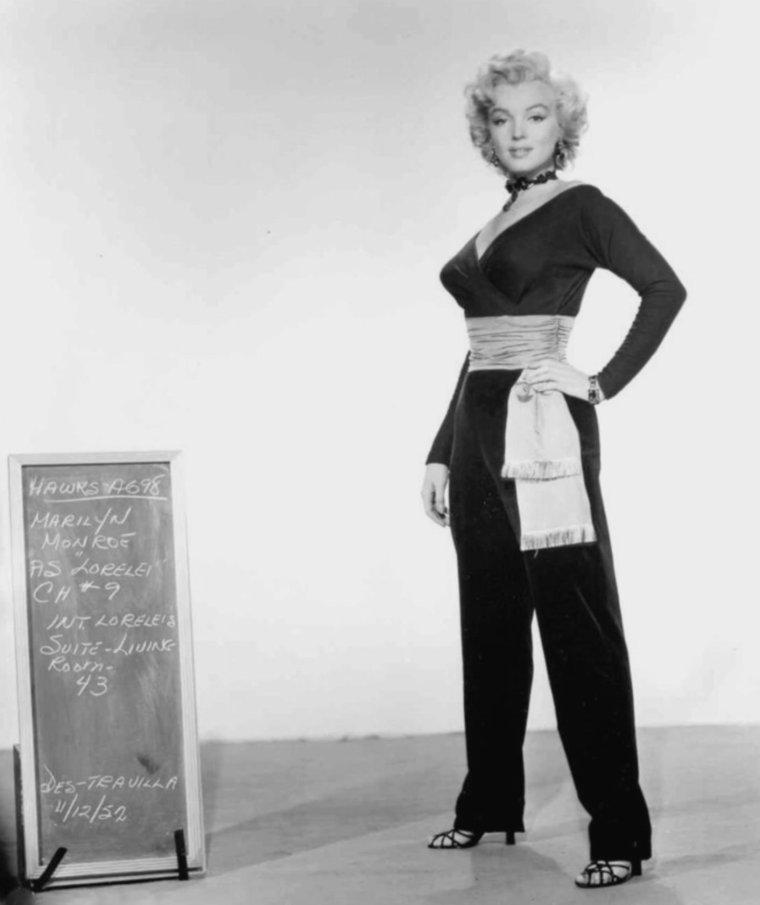 """1953 / Photos publicitaires pour le film """"Gentlemen prefer blondes"""" ; certaines photos sont signées John FLOREA, le costume est de William TRAVILLA, et sur ce tournage, Marilyn est coatchée par Natasha LYTESS."""