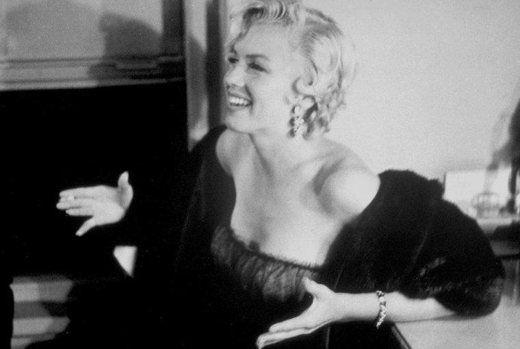 """1954 / by Sam SHAW... Entre le 10 et le 12 septembre Marilyn alla voir la pièce """"The Pajama Game"""" au St James Theater puis rencontra l'une des actrices de la pièce, Carol HAYNES, dans sa loge ; elle était accompagnée de Milton GREENE. (part 4, voir TAG)."""