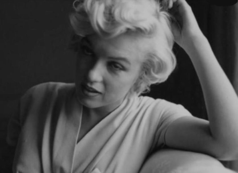 "1954 / by Sam SHAW...  Marilyn arrive à New-York pour le tournage du film ""The seven year itch"" ; elle logera alors au St REGIS Hotel... (part 3, voir TAG)."
