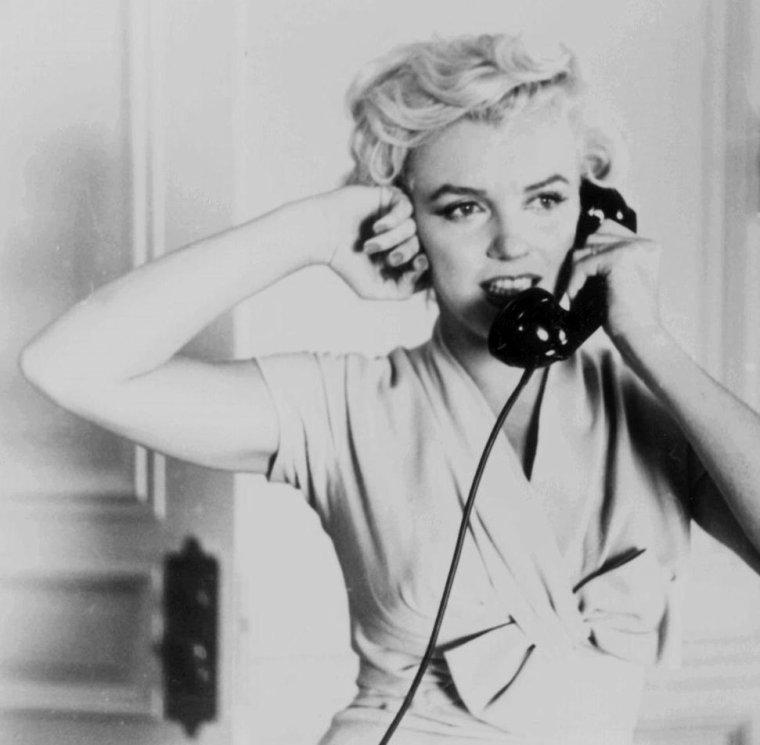 """1954 / by Sam SHAW...  Marilyn arrive à New-York pour le tournage du film """"The seven year itch"""" ; elle logera alors au St REGIS Hotel... (part 3, voir TAG)."""