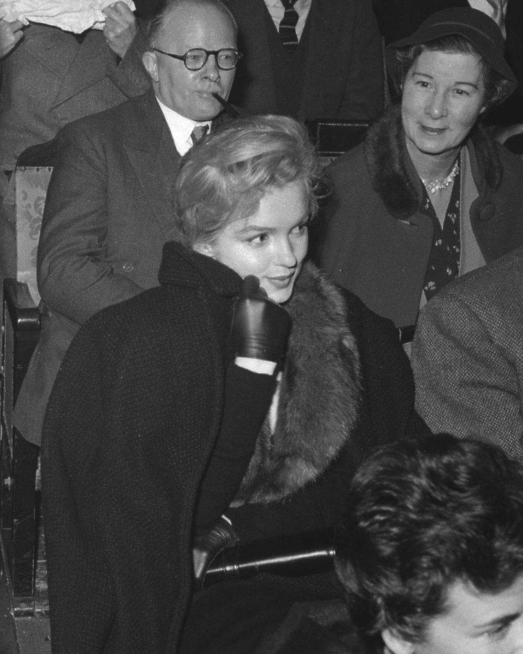 """1956 / 21 Novembre, Marilyn et Arthur, lors de leur voyage à Londres, sont conviés à une discussion sur le théâtre au """"Royal Court Theater""""."""