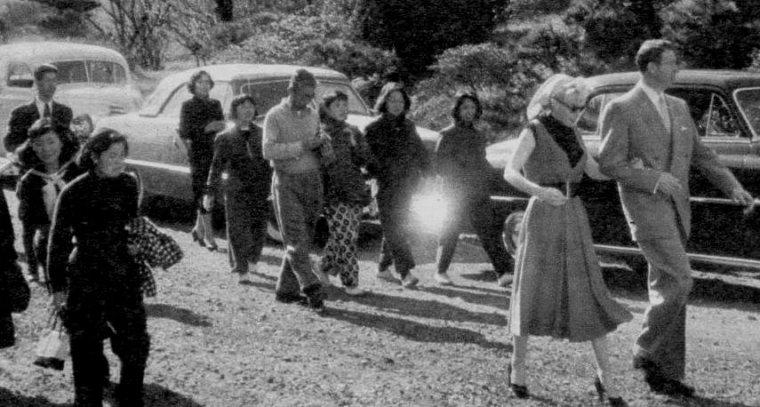 1954 / C'est lors de leur visite au Japon pour leur voyage de noce (raison officielle), que Joe emmène Marilyn en visite dans un petit port de pêche, près de Yokohama... Le couple est accueilli par les villageois, les photos sont de Dave CICERO. Marilyn poursuivra, on le sait, le voyage seule, en Corée, pour soutenir le moral des troupes de G.I.'s.