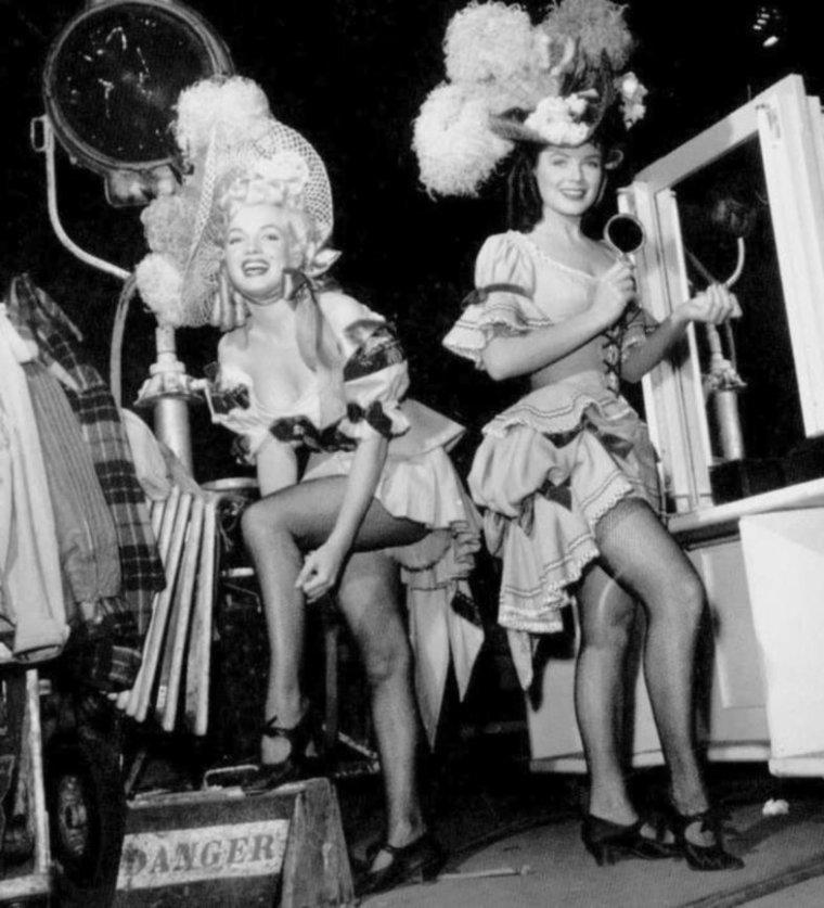 """1949-50 / Premier film pour la FOX (part 2, voir TAG) / Sur le conseil de son agent Johnny HYDE, Marilyn obtint un petit rôle dans cette comédie musicale de type western. En costume d'époque, elle était l'une des quatre danseuses de music-hall qui chantaient et dansaient """"Oh, What a Forward Young Man !"""". Marilyn commença à tourner en août ou septembre 1949. C'était son premier film pour la Fox depuis que le studio n'avait pas renouvelé son contrat en 1947. Les extérieurs furent tournés à Durango, dans le Colorado."""