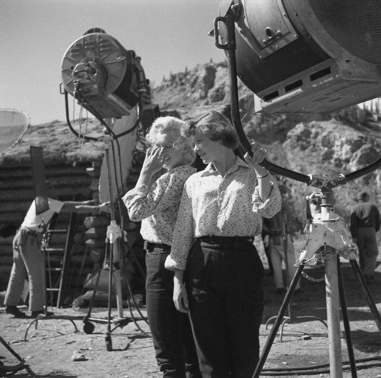 """1954 / Marilyn lors du tournage du film """"River of no return""""."""