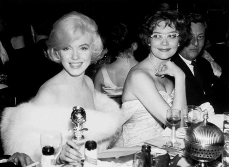 """1960 / 8 Mars, Marilyn fut nominée et reçut le Golden Globe Award de « La meilleure interprète de  comédie en 1959 » pour « Some like it hot », décerné par la """"Foreign Press Association"""" (association de la presse étrangère). La cérémonie eut lieu au """"Cocoanut Grove"""" de l'Ambassador Hotel de Los Angeles. Son amie et actrice Shelley WINTERS était présente à cette soirée. Marilyn en éprouva une certaine satisfaction mais ne reprit pas confiance en elle pour autant. (part 2, voir TAG)."""