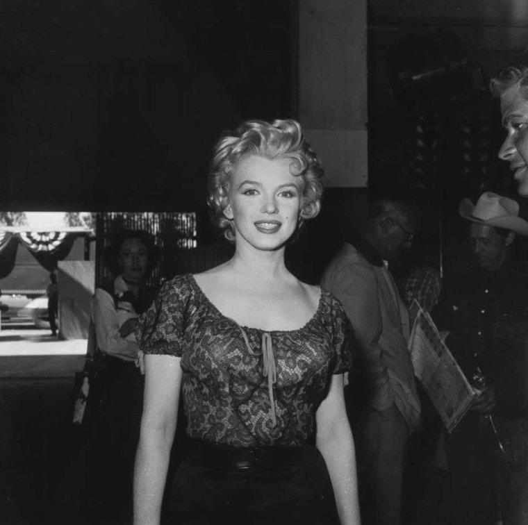 """1956 / Marilyn lors du tournage de """"Bus stop"""", entourée de l'équipe du film, notamment de Allan SNYDER (son maquilleur), Joshua LOGAN (réalisateur) ou encore Don MURRAY et Hope LANGE, les autres acteurs principaux."""