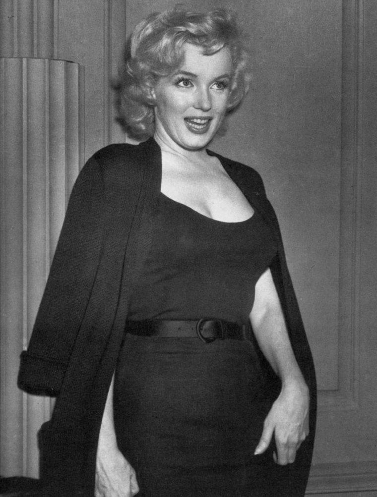 1956 / Rumeurs circulant à propos du mariage MILLER-MONROE / A l'annonce de ce prochain mariage, la presse campa devant l'appartement de Marilyn à Sutton Place ; les photographes l'assaillirent dès le matin, et Marilyn organisa une conférence de presse, plus tard dans la journée, dans le hall de son immeuble. (part 2, voir TAGS).