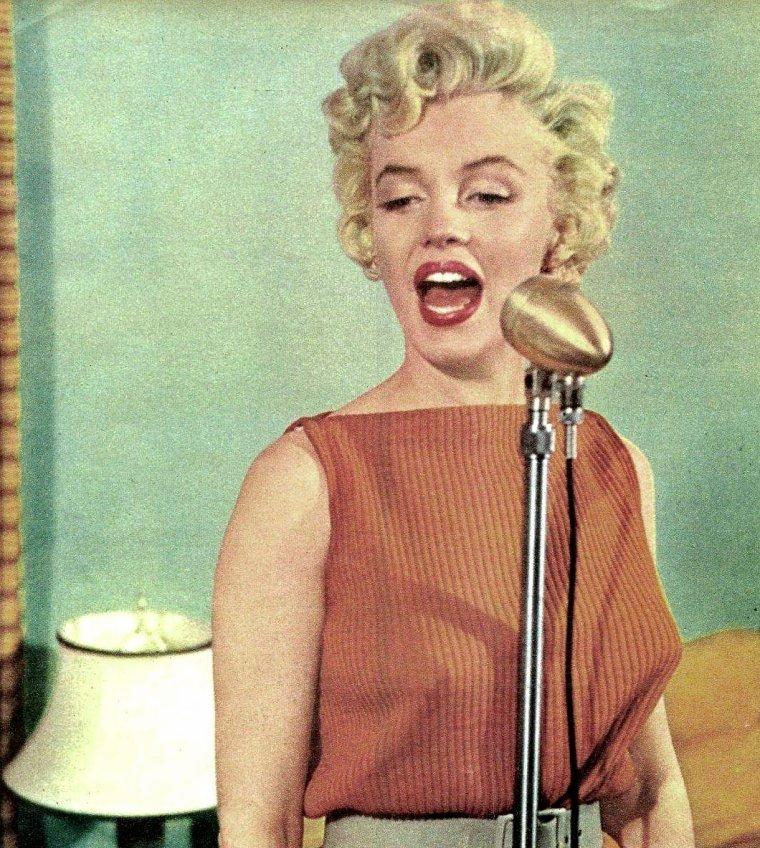 1954 / 15 Avril, Marilyn tint une conférence de presse dans sa loge de la Fox aux côtés de Hal SCHAEFER... (part 2, voir TAGS).