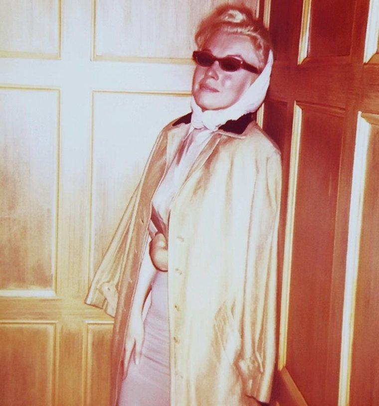 """MARILYN INCOGNITO / Quand Marilyn veut échapper aux paparazzis, elle n'hésite pas à prendre des tenues de """"camouflage""""..."""