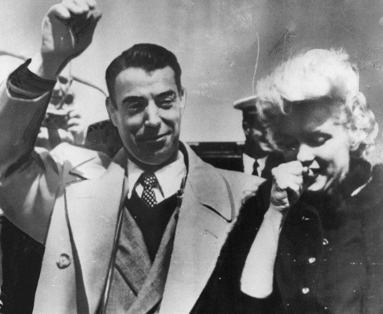 1954 / 23 Février, Marilyn, Joe et le couple d'amis O'DOUL, quittent le Japon, après plusieurs jours où Marilyn s'est rendue en Corée pour soutenir le moral des troupes de G.I.'s, avec son tour de chants, et rentrent à Los-Angeles le 24 Février, tard dans la soirée... Marilyn a pris froid en chantant en robe devant les soldats et revient avec une petite pneumonie.