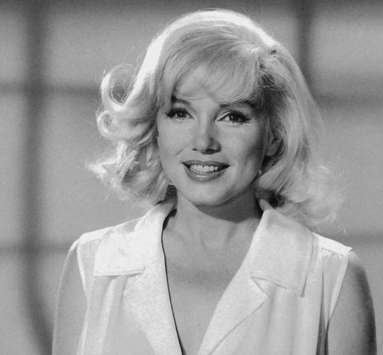 """1960 / Essais coiffure pour le film """"The misfits"""" aux côtés de MILLER et Paula STRASBERG. (coiffure créée par Sydney GUILAROFF)."""