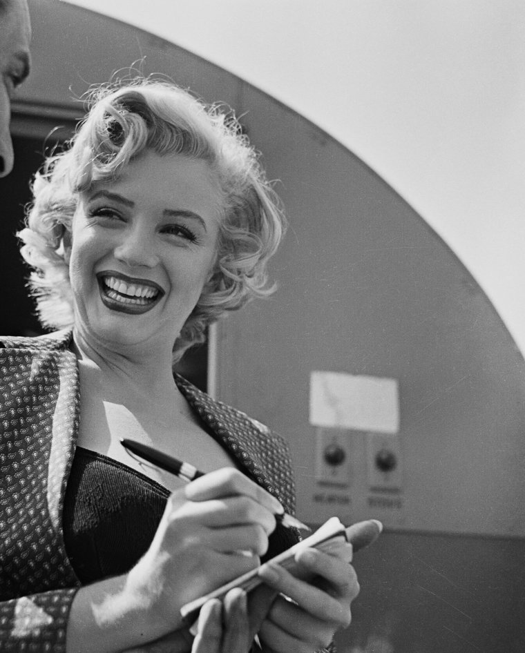 "1952 / Marilyn signant un autographe à un fan lors du tournage de ""Monkey business""."