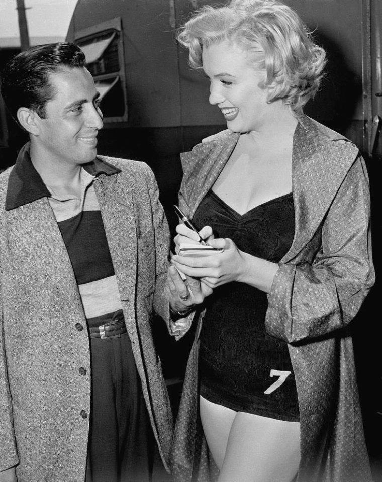 """1952 / Marilyn signant un autographe à un fan lors du tournage de """"Monkey business""""."""