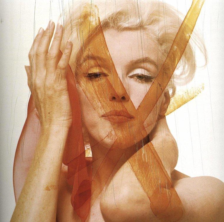 1962 / by Bert STERN / Les photos barrées au feutre de la main de Marilyn / En effet, après la session photos de Bert STERN qui dura 3 jours, avec plus de 2 500 clichés, la star se rend à l'hôtel de ce dernier, et sélectionne les photos dont elle désire garder pour un reportage pour le magazine VOGUE ; toutes celles qui ne lui plaît pas, qu'elle ne retient pas et donc qu'elle ne veut pas voir paraître, sont barrées de sa main. Ces photos seront publiées cependant après sa mort...