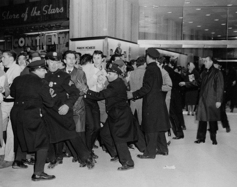 """1959 / 23 Mars, Marilyn et MILLER arrivent à la Première du film """"Some like it hot"""" ; une foule impressionnante attend la star... (part 3, voir TAGS)."""
