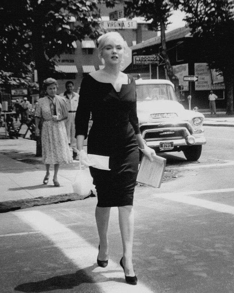 """1960 / Marilyn en robe noire et chapeau voilette lors du tournage du film """"The misfits"""", notamment avec les acteurs du film tels Montgomery CLIFT, Thelma RITTER ou encore Eli WALLACH et Kevin McCARTHY, avec le réalisateur John HUSTON, son mari Arthur MILLER et sa coach Paula STRASBERG."""