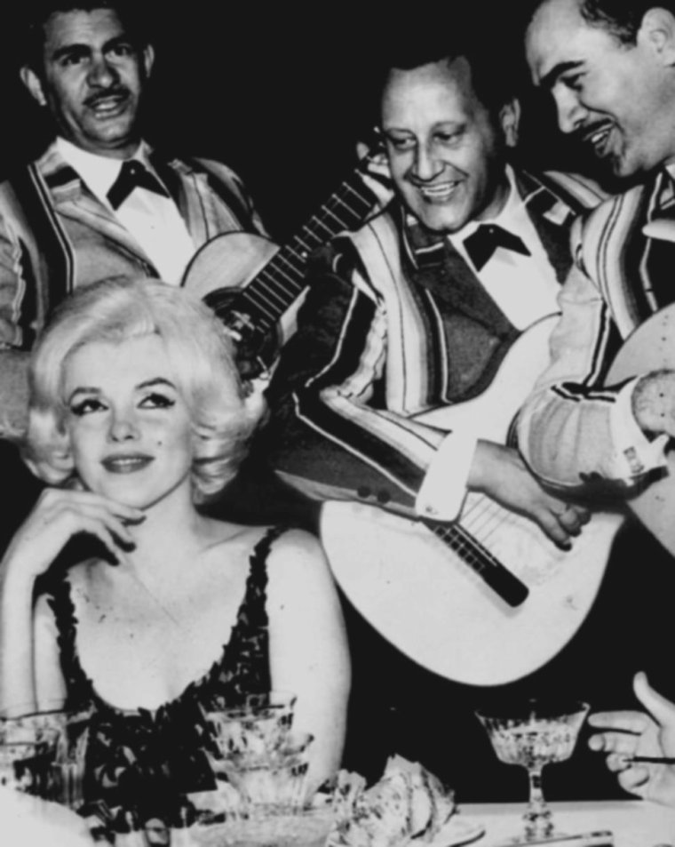 """1962 / Joe DiMAGGIO accompagna Marilyn à l'aéroport international de Miami, d'où elle partit pour Mexico. A l'aéroport de Mexico, elle fut accueillie par l'industrie du cinéma mexicain. Elle logea au """"Continental Hilton Hotel"""" de Mexico, suite n° 1110. Deux vigiles étaient en poste devant sa chambre. Marilyn était accompagnée par George MASTERS, l'un de ses coiffeurs et de son attaché de presse Pat NEWCOMB, qui avaient pris l'avion avec elle depuis Miami. Elle retrouva Eunice MURRAY, sa gouvernante. Churchill MURRAY les emmena chez Frederic VANDERBILT FIELD et sa femme Nieves, communistes américains qui avaient fui les Etats-Unis pour vivre en paix au Mexique. Marilyn en profita pour acheter et commander des meubles de style mexicain pour sa nouvelle maison de Brentwood, des articles locaux, et commanda des carreaux mexicains pour la cuisine et les salles de bains. Elle fit quelques visites, dont """"l'Institut National pour la protection de l'enfant"""" (""""National Institute for the Protection of Children"""") et un orphelinat  catholique à qui elle offrit 10 000 dollars, et sur le tournage du film «  El angel exterminador » de Luis BUNUEL. Elle rencontra Eva SAMANEO De LOPEZ MATEO, l'épouse du Président mexicain Adolfo LOPEZ MATEO. Le scénariste mexicain, José BOLANOS envoya des fleurs à Pat NEXCOMB afin qu'elle lui arrange une entrevue avec Marilyn. Pat NEWCOMB y vit une belle opportunité de publicité pour Marilyn. Celui-ci deviendra le chevalier servant de Marilyn et l'accompagna aux quelques soirées données en son honneur au cours de  la tournée au Mexique. De Los Angeles, elle apprit qu'un Golden Globe Awards allait lui être décerné en mars. Marilyn souhaitait s'y rendre avec son ami Sidney SKOLSKY, mais Pat NEWCOMB, soucieuse de la publicité, lui conseilla d'y aller avec José BOLANOS.  Frederic VANDERBILT FIELD passa quelques jours avec Marilyn, Eunice et Churchill MURRAY ; il les conduisit au marché de Toluca où elle acheta des poteries. Ils firent un séjour à Taxco, """