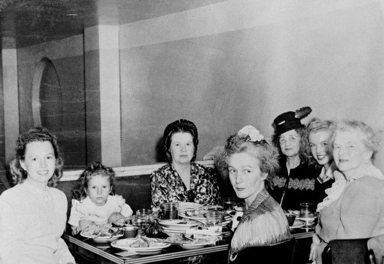 1944-46 / Née le 30 Juillet 1919, Berniece BAKER MIRACLE est la demi-soeur (par sa mère) de Norma Jeane as Marilyn ; elles se rencontrent pour la première fois en 1944, et ne se verront que rarement lorsque Norma Jeane devient Marilyn... Cependant, Berniece assistera aux funérailles de la Star : elle explique tout cela dans un magnifique livre souvenir dont voici les jaquettes.