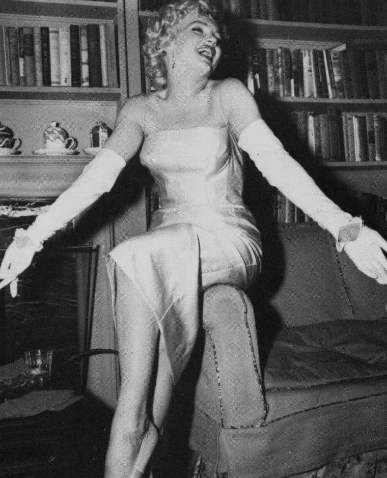 """1955 / Marilyn annonce devant plus de 80 journalistes, la création des """"Marilyn MONROE Productions"""" ; Marilyn fut nommée présidente avec 51 % des parts, et Milton GREENE vice-président avec 49 % des parts. Leurs avocats étaient Frank DELANEY, Irving STEIN ; le comptable était Joseph CARR. Elle fêta l'événement au """"Copacabana"""", un night-club où se produisait Frank SINATRA. Un pot fut pris également dans l'appartement de Marlene DIETRICH. En agissant ainsi et pour son propre compte elle remettait en cause la toute puissance des studios ; elle fut vilipendée par la presse. Elle se prépara à une année sabbatique : elle vécut dans la propriété des GREENE, descendait au """"Waldorf Astoria"""" quand elle était à New York, commença à prendre des cours avec Lee STRASBERG et entreprit une psychanalyse. Milton s'occupa de la valorisation financière du principal capital de la société, prépara des projets de films et travailla avec son équipe d'avocats qui renégocia le contrat de Marilyn  avec la Fox. (part 3, voir TAGS)."""