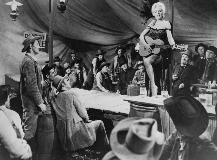 """1954 / Première chanson que Marilyn chante dans le film """"River of no return"""" : accompagnée de sa guitare, """"One silver dollar""""."""