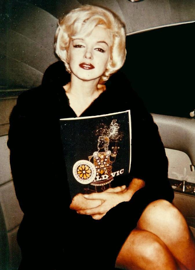 """1962 / 6 Février, Marilyn et les STRASBERG allèrent voir la pièce de théâtre """"MacBeth"""" au """"Old Vic Theater"""" à New-York."""