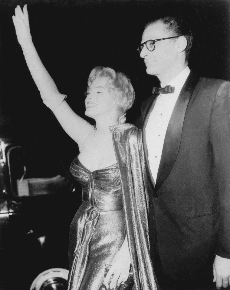 1956 / C'est entre les acteurs Victor MATURE et Anthony QUAYLE, que la Reine du grand écran rencontre la Reine du peuple Britannique... (part 2, voir TAGS).
