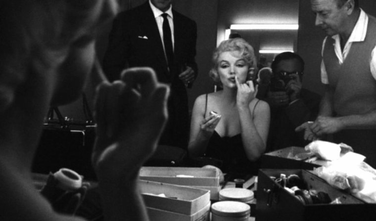 """1960 / Marilyn sur le plateau du film """"Let's make love"""", coiffée par Sydney GUILAROFF, l'un de ses coiffeurs attitré dans les années 60 (il créa d'ailleurs la coiffure qu'elle porte dans le film """"The misfits"""")."""