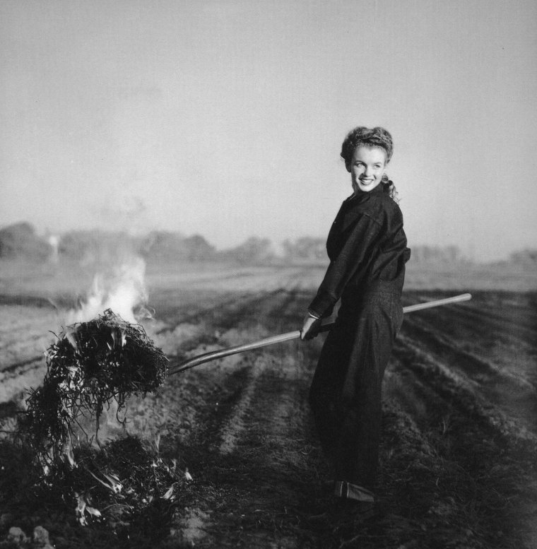 1945-53 / Andre De DIENES photographiera Norma Jeane en 1945 et 1946, avant qu'elle ne devienne Marilyn MONROE, qu'il photographiera également de 1949 à 1953.