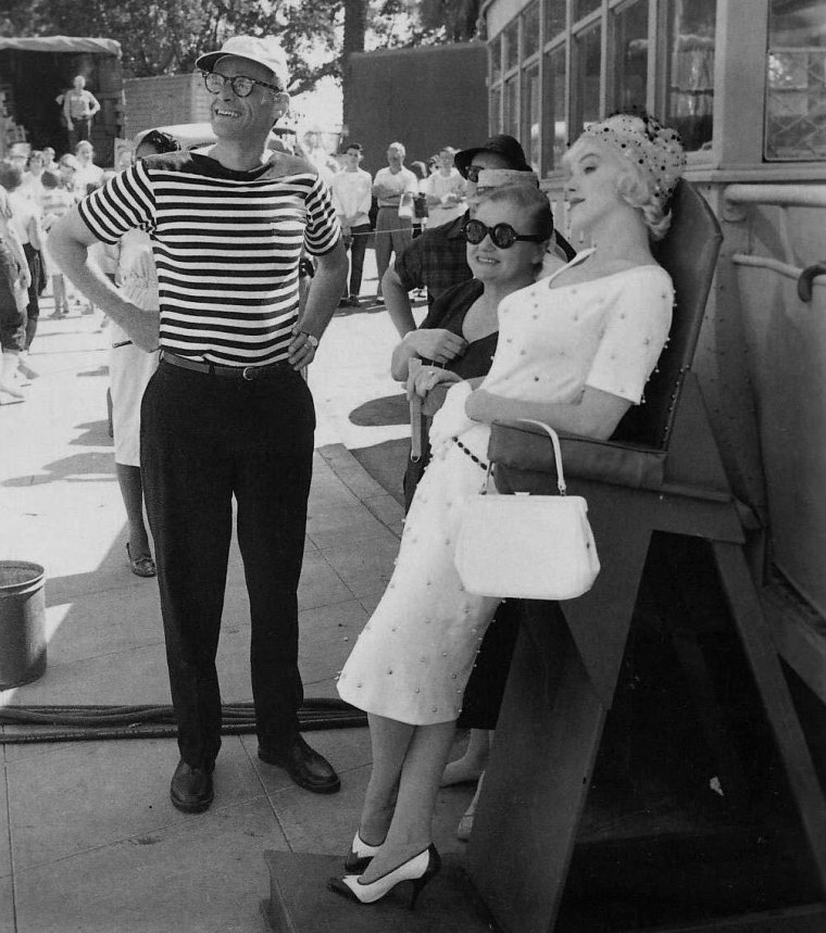 "1959 / Marilyn, le réalisateur Billy WILDER, son mari Arthur MILLER, Jack LEMMON, Tony CURTIS,  sa coach Paula STRASBERG, ou encore sa coiffeuse Agnes FLANAGAN lors du tournage du film ""Some like it hot""."