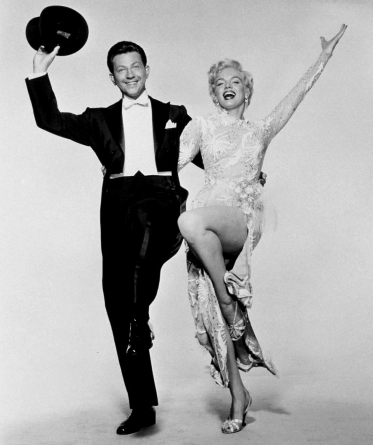 "1954 / Photos publicitaires de Marilyn et Donald O'CONNOR pour le film ""There's no business like show business""."