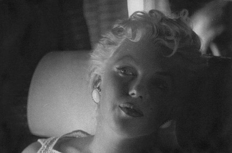 1955 / by Eve ARNOLD... Marilyn se rend à Bement (ILLINOIS) pour l'inauguration du musée Abraham LINCOLN et pour y célébrer le centenaire de la ville... (part 6, voir TAGS). (voir photo de la robe qu'elle porte lors de cet évènement, première à gauche).