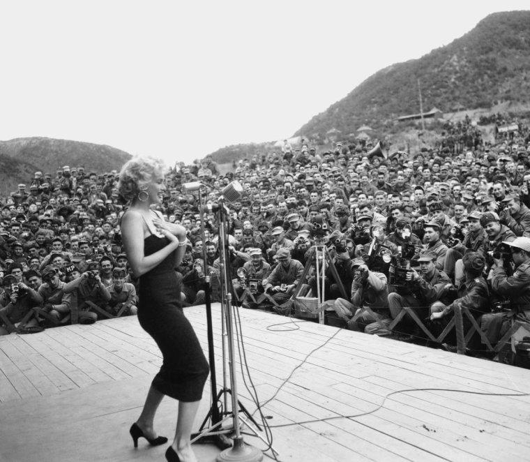 """1954 / Février... Quand Marilyn """"s'éclate"""" lors de son tour de chants en Corée, devant des milliers de G.I.'s afin de leur remonter le moral... (voir TAGS)."""