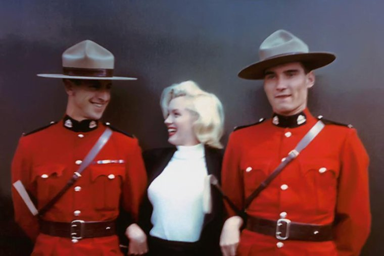 """1953 / 25 Juillet... Départ de Los-Angeles pour Vancouver où Marilyn est accueillie par des journalistes et une tribu d'indiens, puis pour Jasper où elle est escortée par la police montée, au Canada, afin d'y tourner les extérieurs du film """"River of no return""""."""