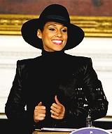 ✽Sa biographie : Alicia Augello Cook est une jeune chanteuse et pianiste née le 25 Janvier 1981 à Harlem. Elle grandit dans le quartier de Hell's Kitchen à New-York avant de commencer les cours de musique à l'âge de setp ans. Elle est diplômée à l'âge de seize ans par le Performing Art School de Manhattan. En 2001 elle sort son tout premier album qui se nomme Songs In A Minor qu'elle vend à 12 millions d'exemplaires. En 2003 elle sort son second album The Diary Of Alicia Keys avec 8 millions d'exemplaires vendus. C'est en 2007 qu'elle sort son troisième album baptisé As I Am vendu à 5 millions d'albums partout dans le monde. En 2009 elle sort son quatrième album qui est The Element Of Freedom vendu à à 417 000 albums, il connait un succès moins grand que les précédents mais l'artiste se rattrape en 2012 avec la sortie de son cinquième album Girl On Fire qui a fini disque d'or. Elle est mariée à Swizz Beatz depuis 2010 avec qui elle a eu la chance d'avoir deux enfants : Egypt ainsi que Genesis Ali Dean.
