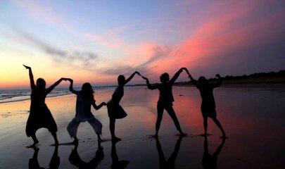 < Parmi les choses dont la sagesse se munit en vue de la félicité de la vie tout entière, de beaucoup la plus importante est la possession de l'amitié. > - Epicure ♥