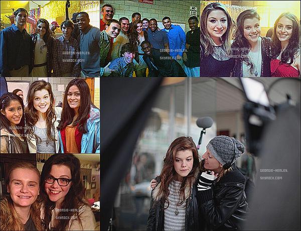 """. Découvre les photos du tournage du dernier film de la miss → « The Sisterhood of Night ».Voici quelques photos du tournage prises, la plupart, avec des fans. En ce moment Georgie ne sort pas beaucoup car elle travaille sur son tout premier court-métrage : """"Tide"""". ."""