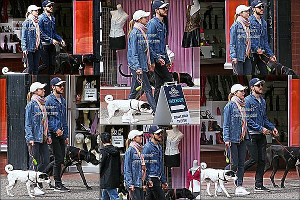 * 15/04/18 :    Melissa B. et Chris Wood ont été aperçus se promenant avec leurs chiens - dans les rues de Vancouver. Ca fait plaisir de voir le couple de sortie, ils sont mignons tous les deux. Melissa est très jolie. J'aime beaucoup la tenue qu'elle porte. Donc Top pour moi.  *