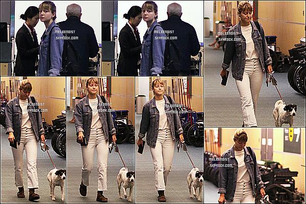 * '•-27/07/19-' : Melissa  a été photographiée quand elle arrivait avec son chien Farley à l'aéroport de Vancouver, au Canada. Melissa est superbe. C'est dommage qu'il n'y ait pas plus de photos. En tout cas j'aime beaucoup la tenue qu'elle porte. Un Top pour moi. *