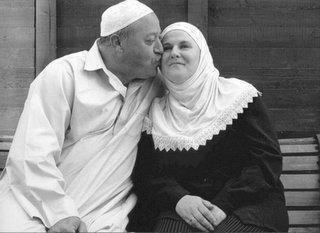 Magnifique histoire  ♥ : Elle a terminer sa prière , il s'est diriger vers elle , il s'est assis près d'elle et il pris sa main , il a commencer a séparer ses doigts tout en murmurant , Elle lui a demandé : que fais tu ? Il a répondu : tu viens juste de terminer la prière, alors j'ai voulu faire le tasbeeh sur ta main pour que tu partages la récompense avec moi . ça c'est de l'amour , le vrai , le pur , l'interminable ♥ Mâ sha Allah ♥