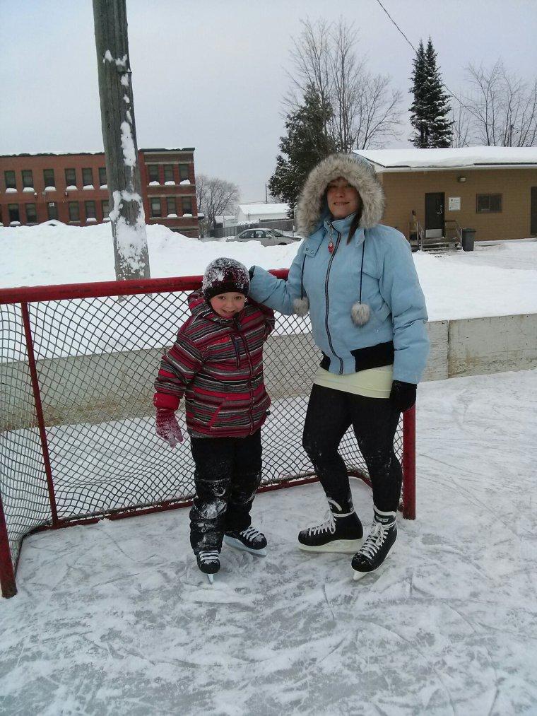 J'montre a mon fils a patiner  accompagner de ma fille ;) 2 ièmes jours de patinage pour mon fils il est trop bon ont va y retourner assurer