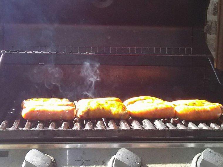 Saucisses italienne forte Cuit sur mon B.B.Q C'est moi la chef cook   Hummmmmmm Servie de frite maison