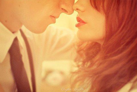 Un baiser fait moins de bruit qu'un canon, mais l'écho en dure plus longtemps.