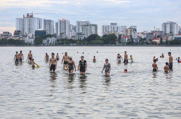 Tout le monde à l'Hồ.