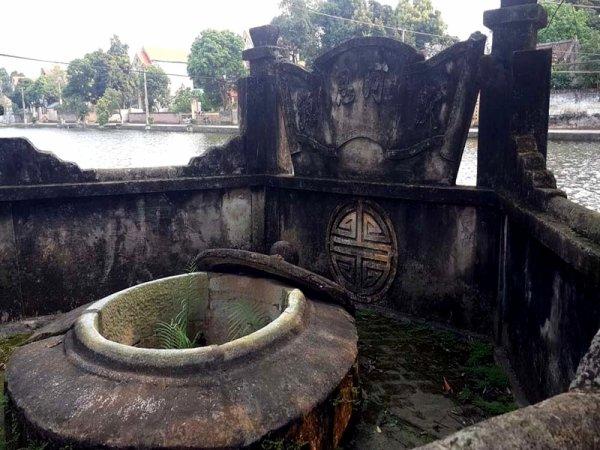 Hồ-tour du puits.